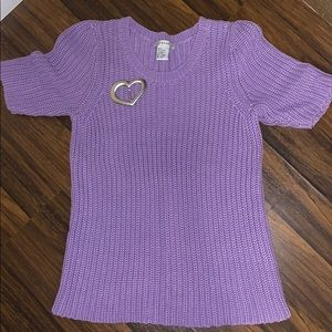 Short sleeve sweater with heart shaped pin